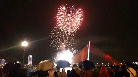 Người dân Đà Nẵng đội mưa xem pháo hoa đêm 1-1 - Ảnh 6.