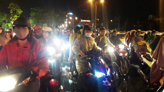 Người dân Đà Nẵng đội mưa xem pháo hoa đêm 1-1 - Ảnh 7.