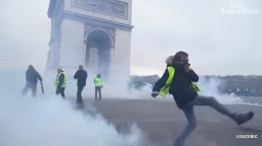 Cảnh sát Pháp dùng vòi rồng và hơi cay trấn áp người biểu tình Áo Vàng - Ảnh 2.