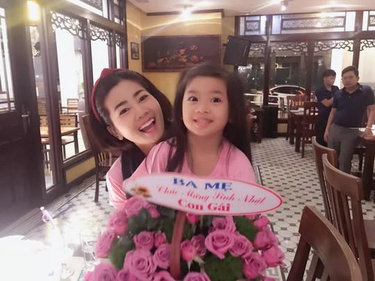 Diễn viên Mai Phương rạng ngời bên người thân trong ngày sinh nhật - Ảnh 1.