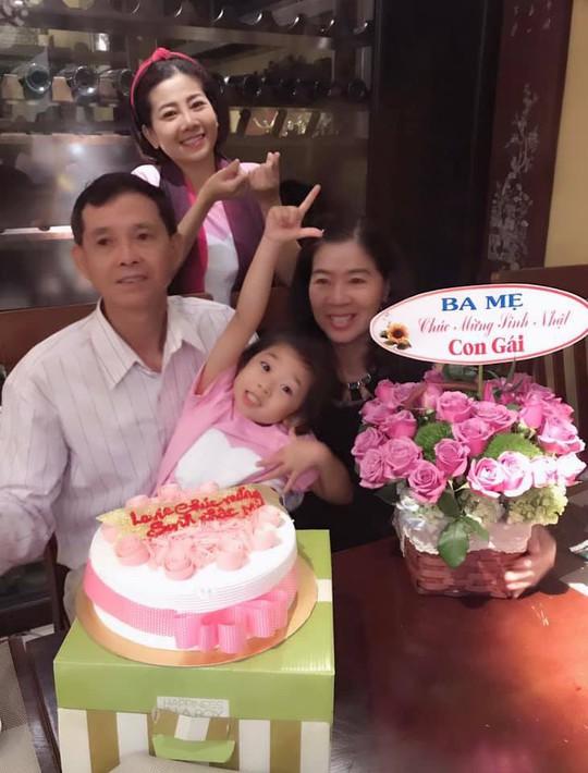 Diễn viên Mai Phương rạng ngời bên người thân trong ngày sinh nhật - Ảnh 2.
