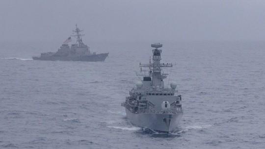 Mỹ và Anh lần đầu tiên tập trận chung ở biển Đông - Ảnh 1.