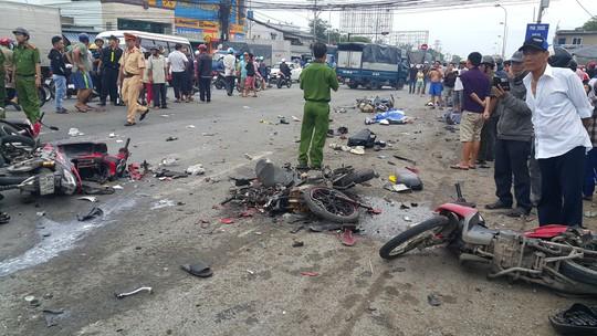 Tai nạn kinh hoàng ở Long An: Hơn 20 người thương vong - Ảnh 1.