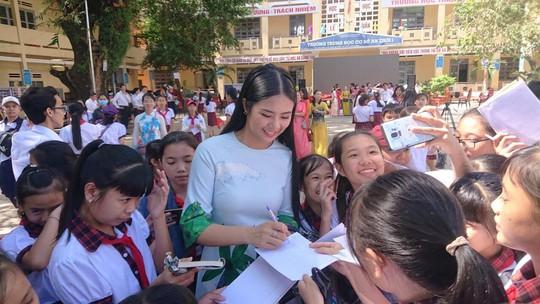 Trao tặng hơn 13.300 cuốn sách cho học sinh Phú Quốc - Ảnh 2.