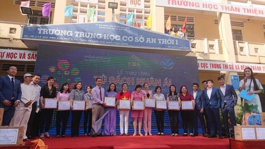 Trao tặng hơn 13.300 cuốn sách cho học sinh Phú Quốc - Ảnh 1.