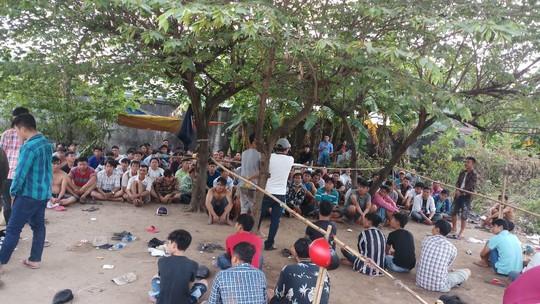 Hơn 100 người làm chuyện phi pháp trong bãi đất trống ở quận Bình Tân - Ảnh 1.