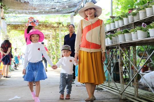 Chưa Tết, làng hoa lớn nhất miền Tây đã nườm nượp khách - Ảnh 8.