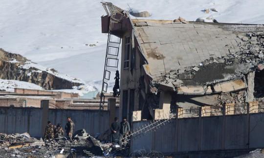 Taliban đánh bom tự sát bằng xe Humvee, hơn 100 người chết - Ảnh 1.