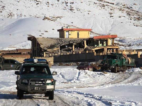 Taliban đánh bom tự sát bằng xe Humvee, hơn 100 người chết - Ảnh 3.
