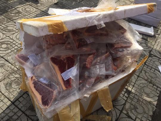 Phát hiện xe khách chở gần 800 kg thịt heo không rõ nguồn gốc - Ảnh 2.