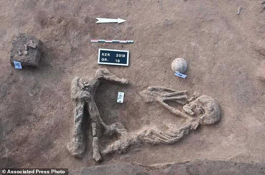Nhiều hài cốt trong tư thế bó gối chôn cất bên bờ sông Nlie - Ảnh 1.