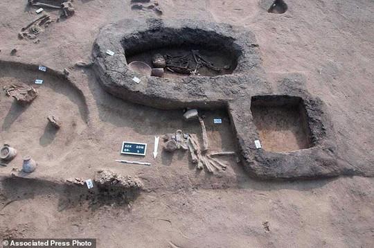 Nhiều hài cốt trong tư thế bó gối chôn cất bên bờ sông Nlie - Ảnh 2.