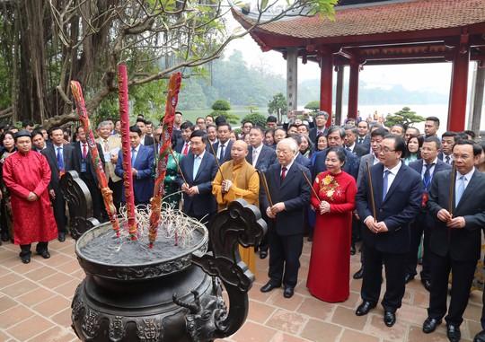 Tổng Bí thư, Chủ tịch nước thả cá chép tiễn ông Táo ở Hồ Gươm - Ảnh 1.