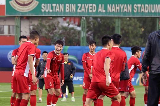 Tuyển Việt Nam cười như hoa trong buổi tập đầu tiên ở UAE - Ảnh 1.