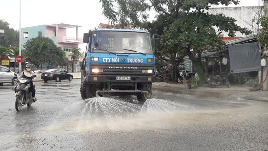 Đà Nẵng: Người dân chặn xe tải chở đất, đá để phản đối ô nhiễm - Ảnh 4.