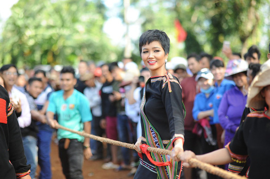 Những hình ảnh chân chất của Hoa hậu H'Hen Niê khi trải lòng với buôn làng - Ảnh 5.