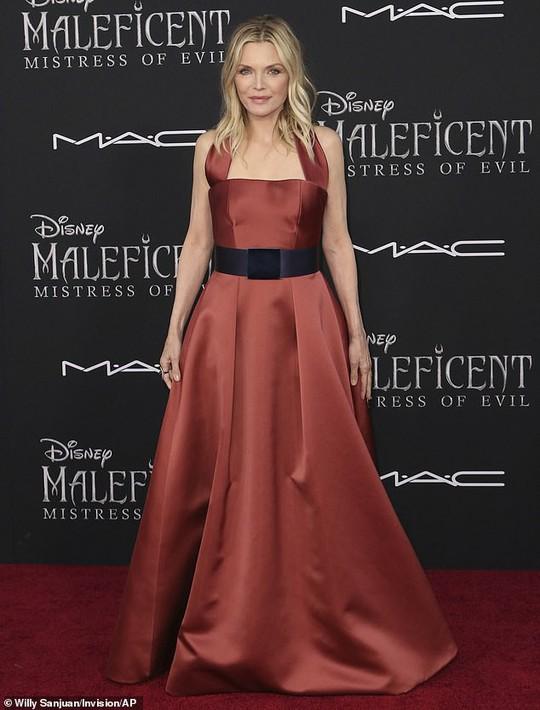 Pax Thiên tháp tùng mẹ nuôi Angelina Jolie trên thảm đỏ - Ảnh 11.