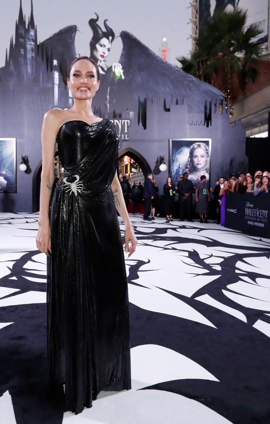 Pax Thiên tháp tùng mẹ nuôi Angelina Jolie trên thảm đỏ - Ảnh 1.