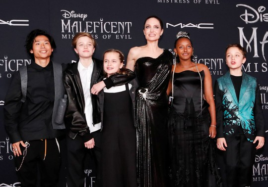 Pax Thiên tháp tùng mẹ nuôi Angelina Jolie trên thảm đỏ - Ảnh 3.
