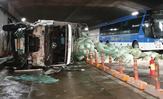 Giám đốc hầm sông Sài Gòn nói gì về vụ xe tải tông liên hoàn gữa hầm? - Ảnh 1.