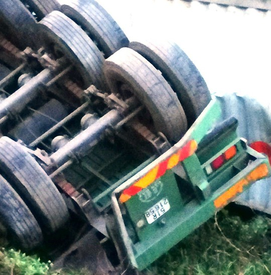 Tàu hỏa tông đứt đôi xe container, tài xế thoát chết - Ảnh 2.