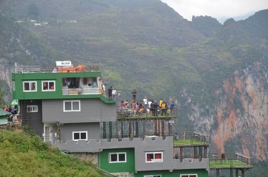 Cận cảnh công trình sai phạm Panorama ở Mã Pí Lèng được phủ xanh chờ tháo dỡ - Ảnh 2.