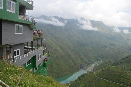 Cận cảnh công trình sai phạm Panorama ở Mã Pí Lèng được phủ xanh chờ tháo dỡ - Ảnh 5.