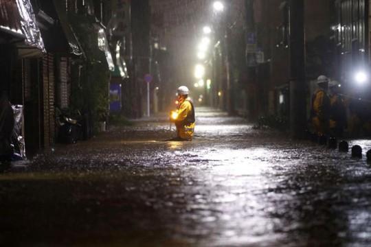 """Bão Hagibis càn quét Bắc Nhật Bản sau khi làm """"tê liệt"""" Tokyo - Ảnh 1."""
