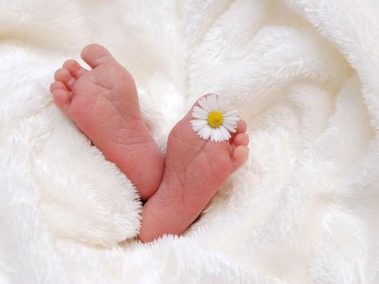 Gần đất xa trời, bà cụ 75 tuổi kiên quyết sinh con - Ảnh 1.