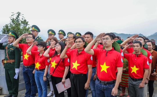 Xúc động Lễ Chào cờ tại Cột cờ Quốc gia Lũng Cú của Báo Người Lao động - Ảnh 4.