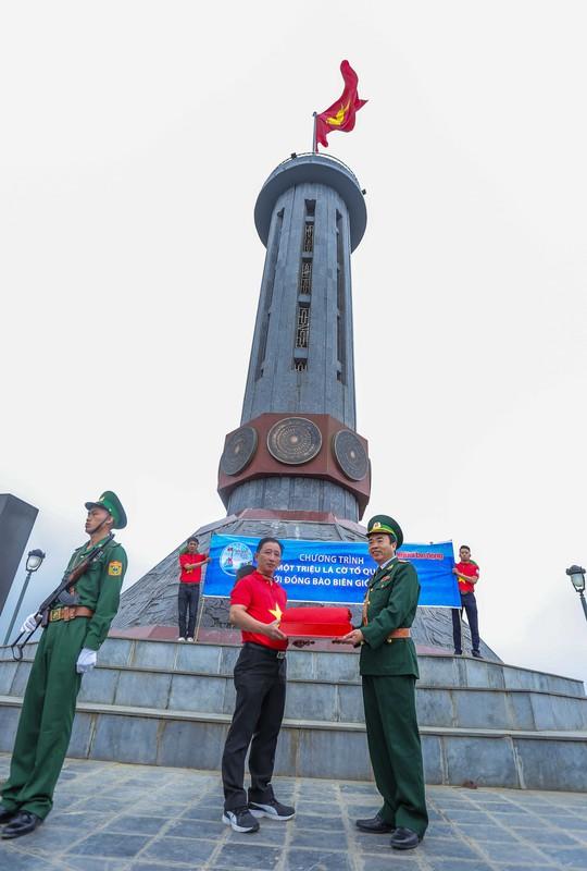 Xúc động Lễ Chào cờ tại Cột cờ Quốc gia Lũng Cú của Báo Người Lao động - Ảnh 5.