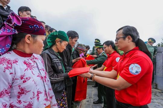 Xúc động Lễ Chào cờ tại Cột cờ Quốc gia Lũng Cú của Báo Người Lao động - Ảnh 14.
