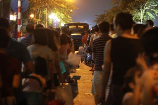 Thiếu nước sạch do nhiễm dầu, người dân Hà Nội phải giặt quần áo ở bể bơi - Ảnh 6.