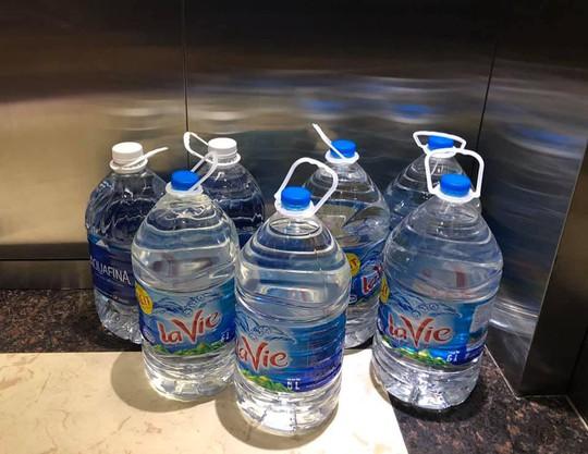 Thiếu nước sạch do nhiễm dầu, người dân Hà Nội phải giặt quần áo ở bể bơi - Ảnh 11.