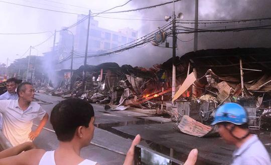 Xuất hiện clip nghi có người đốt chợ ở Thanh Hóa gây thiệt hại hàng tỉ đồng - Ảnh 3.