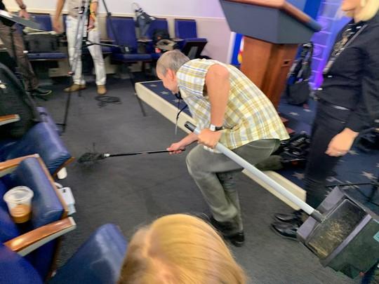 Chuột rơi xuống từ trần Nhà Trắng, trúng đùi phóng viên - Ảnh 2.