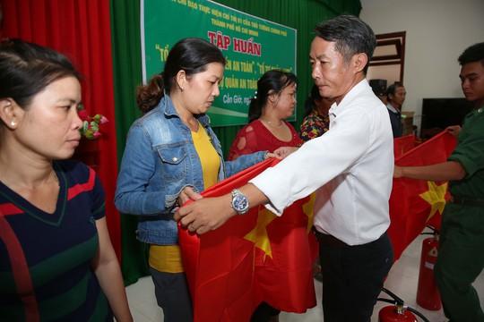 Cờ Tổ quốc đến tay ngư dân huyện Cần Giờ, TP HCM - Ảnh 3.