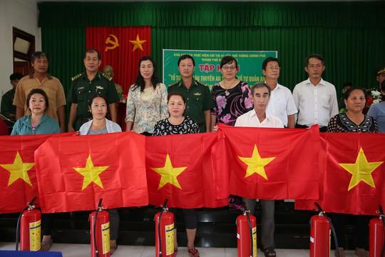 Cờ Tổ quốc đến tay ngư dân huyện Cần Giờ, TP HCM - Ảnh 4.