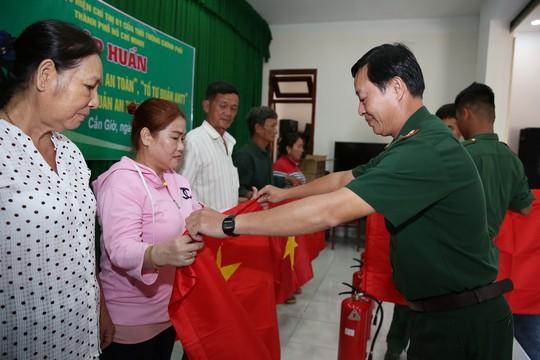 Cờ Tổ quốc đến tay ngư dân huyện Cần Giờ, TP HCM - Ảnh 2.