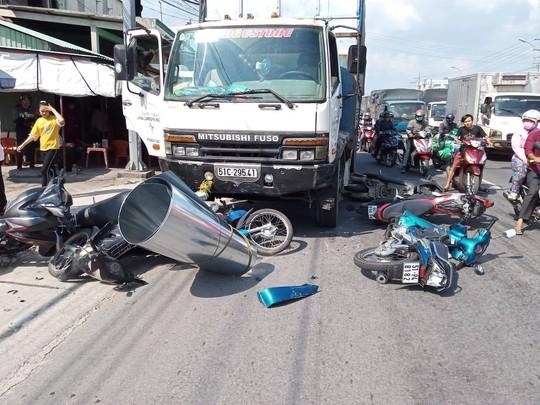 Xe tải mất thắng lùa hàng loạt xe máy dừng đèn đỏ, 11 người bị thương - Ảnh 1.