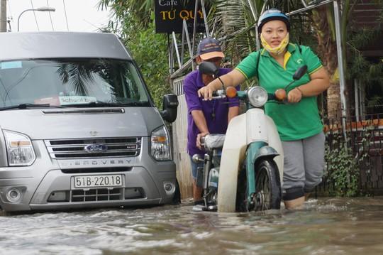 Nước cuồn cuộn ở khu nhà giàu Thảo Điền trong đỉnh triều dâng - Ảnh 6.