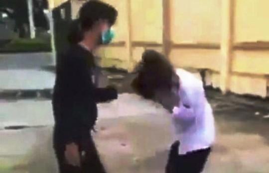 Phẫn nộ hình ảnh thiếu nữ dùng dép tát vào mặt, mũ bảo hiểm đập vào đầu nữ sinh lớp 10 - Ảnh 1.