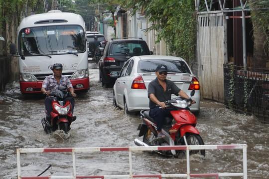Nước cuồn cuộn ở khu nhà giàu Thảo Điền trong đỉnh triều dâng - Ảnh 3.