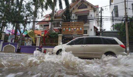 Nước cuồn cuộn ở khu nhà giàu Thảo Điền trong đỉnh triều dâng - Ảnh 4.