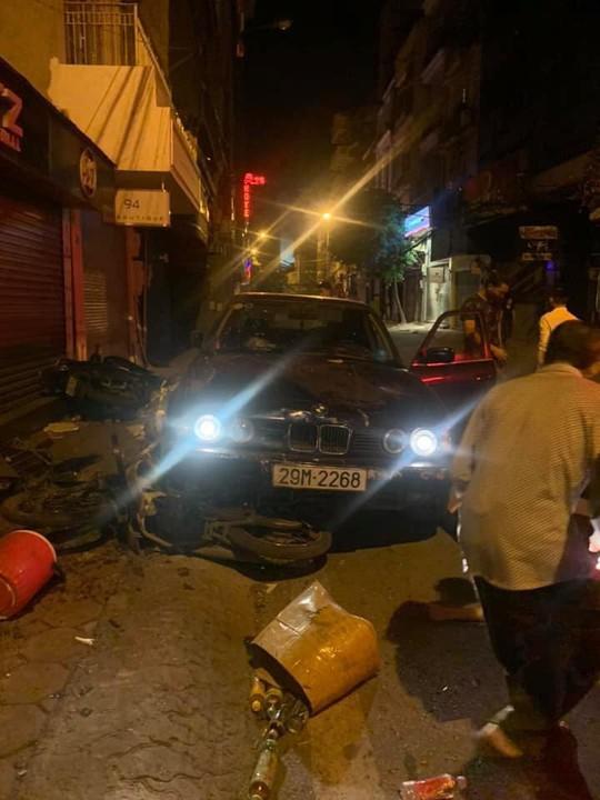 Xe sang BMW biển đẹp tông liên hoàn trên phố Hà Nội, 5 người nhập viện - Ảnh 1.
