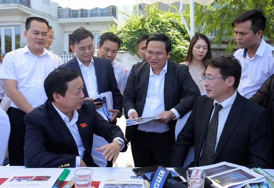 Bộ trưởng Trần Hồng Hà thị sát khu vực thí điểm xử lý nước, cho cá Koi ăn ở hồ Tây - Ảnh 1.