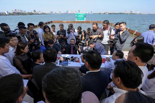 Bộ trưởng Trần Hồng Hà thị sát khu vực thí điểm xử lý nước, cho cá Koi ăn ở hồ Tây - Ảnh 2.