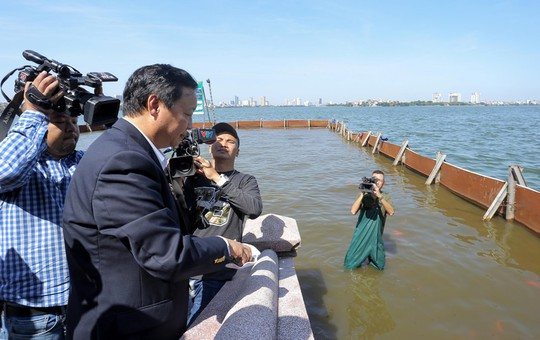 Bộ trưởng Trần Hồng Hà thị sát khu vực thí điểm xử lý nước, cho cá Koi ăn ở hồ Tây - Ảnh 3.