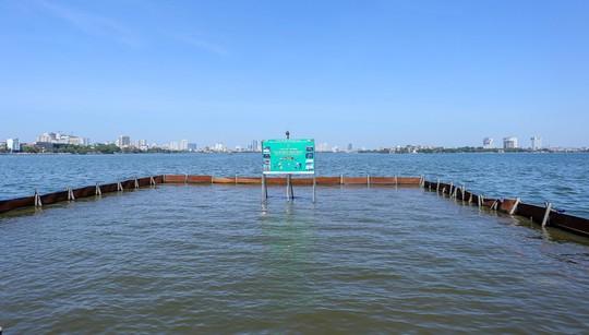 Bộ trưởng Trần Hồng Hà thị sát khu vực thí điểm xử lý nước, cho cá Koi ăn ở hồ Tây - Ảnh 5.