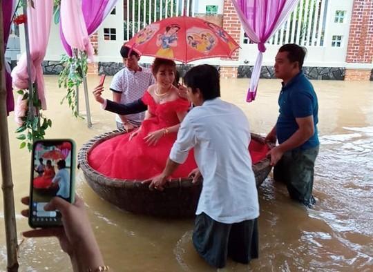 Quảng Ngãi: Giải cứu 5 người bị mắc kẹt giữa dòng nước lũ - Ảnh 4.